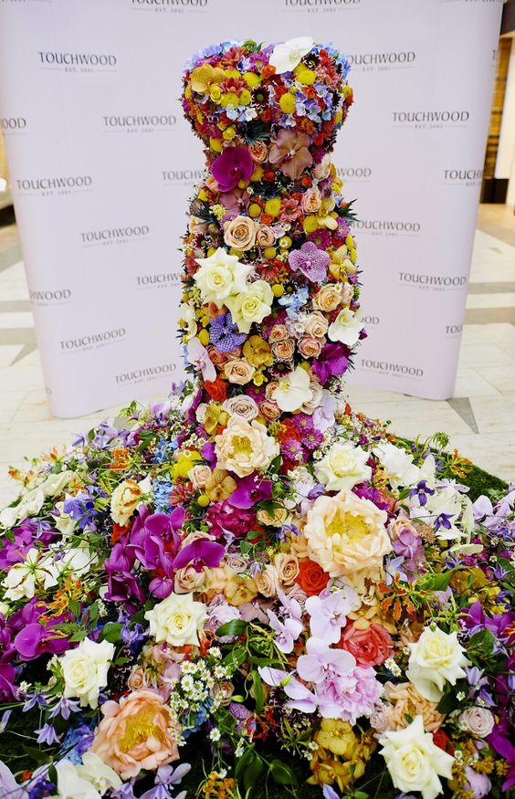 suknie wykonane z żywych kwiatów