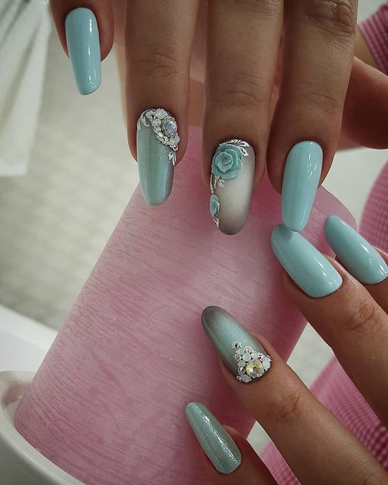 Urocze manicure z wzorkami kwiatów