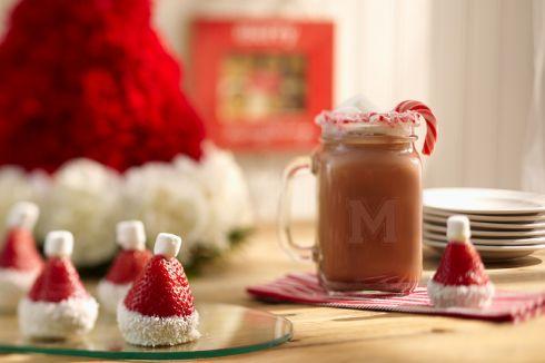 Czapka Świętego Mikołaja z truskawek i kwiatów